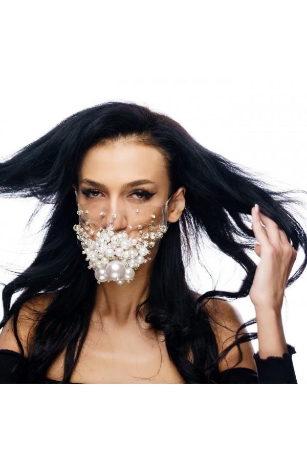 Masca fashion, Laura Olteanu, cu perle supradimensionate