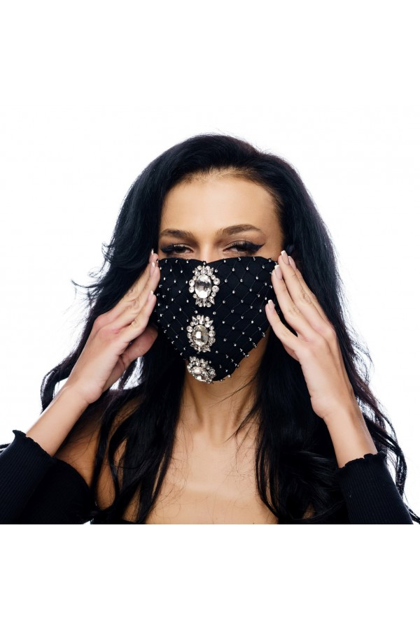 Masca fashion, Laura Olteanu, neagra cu bijuterii