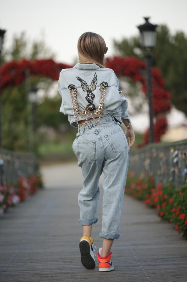 Geaca jeans denim, accesorizata cu lant auriu gros si perle supradimensionate