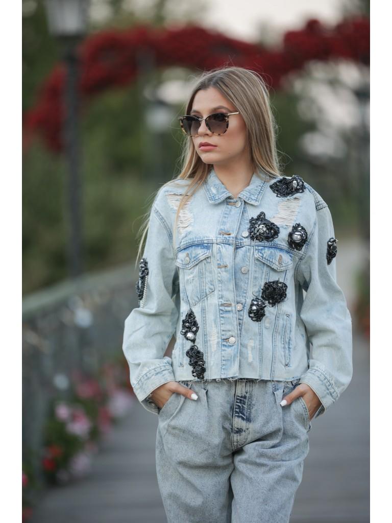 Geaca jeans denim, accesorizata cu lant negru gros si perle supradimensionate